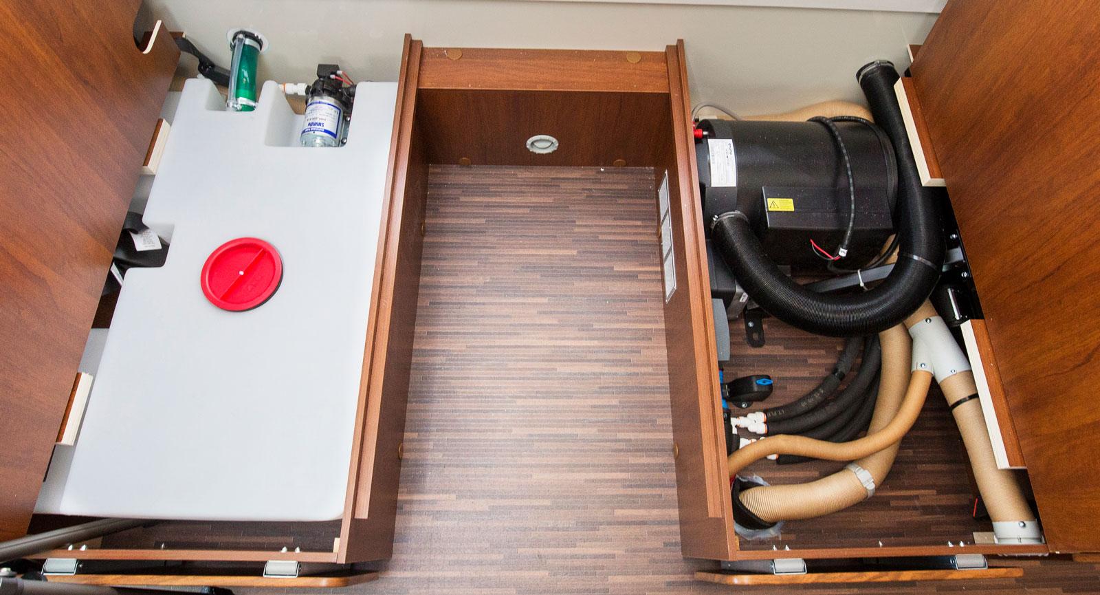 Vattentanken under ena soffan och värmepannan under den andra. Här är det den stora sektionen av dinetten som syns.