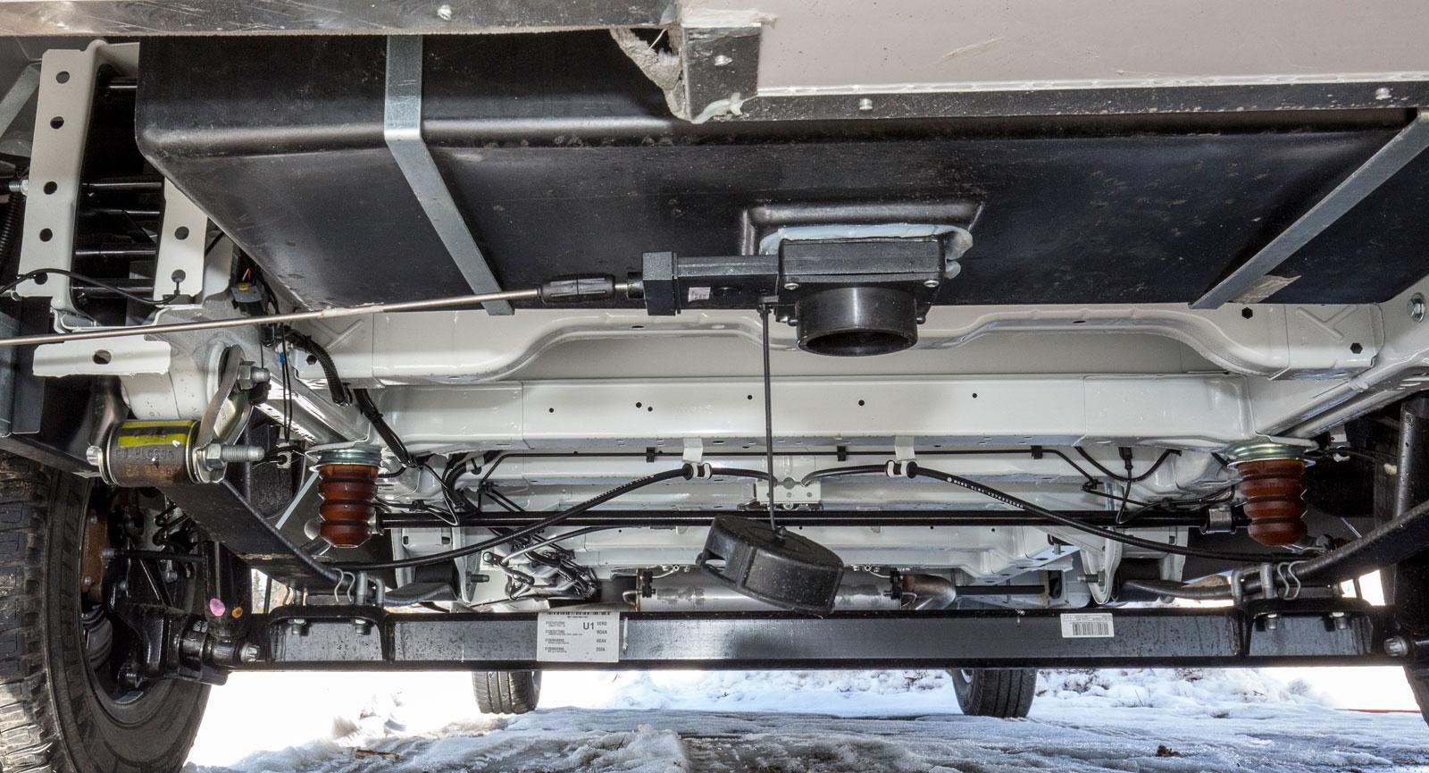 Tömningen av gråvattnet sitter mitt under bilen.