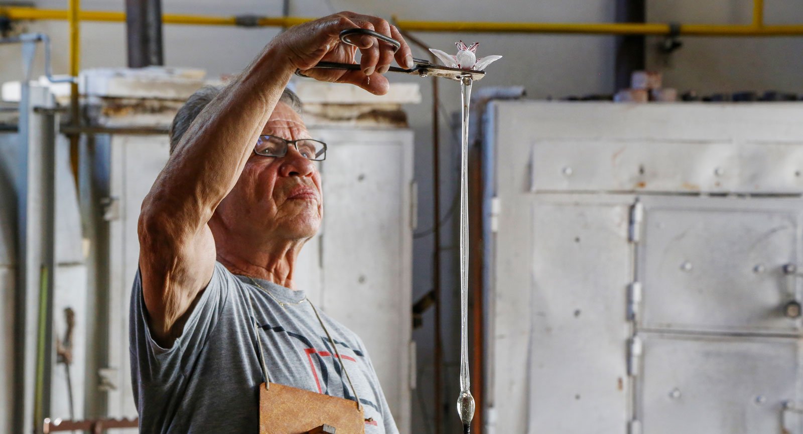Glasfabriken Nenacovice blåser glas av högsta klass och det är häftigt att se hantverket på plats.