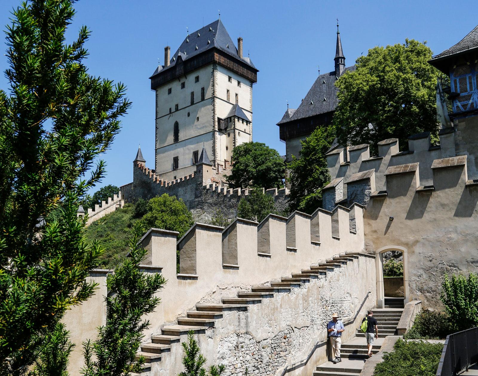 Karlstejns slott har vackra miljöer innanför de tjocka murarna.
