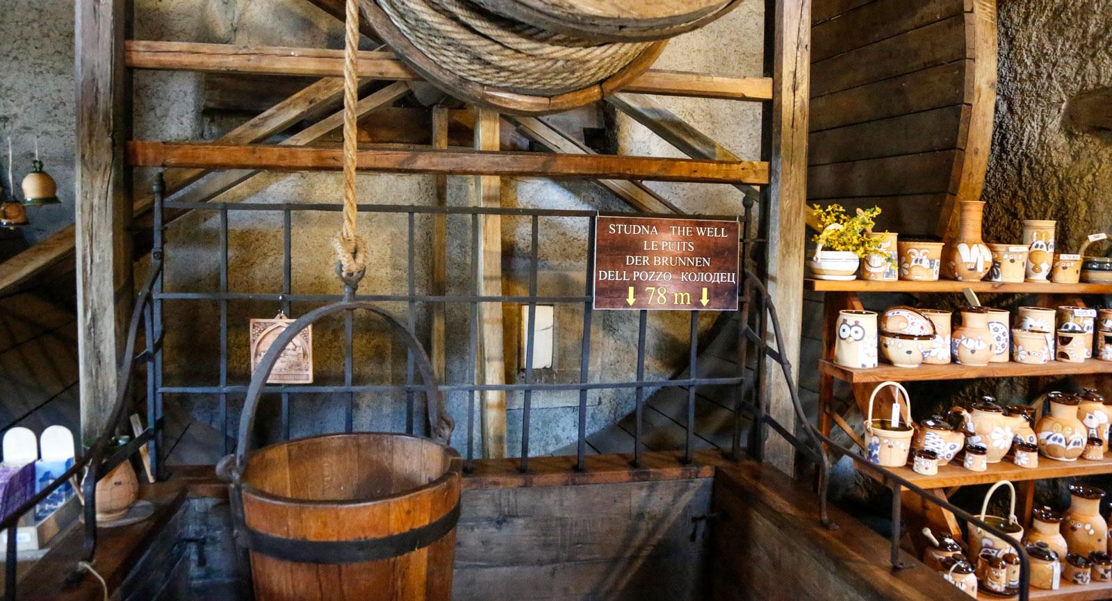 Brunnen i Karlstejn slott kräver ett långt rep till hinken. Det är 78 meter ner till vattenytan!