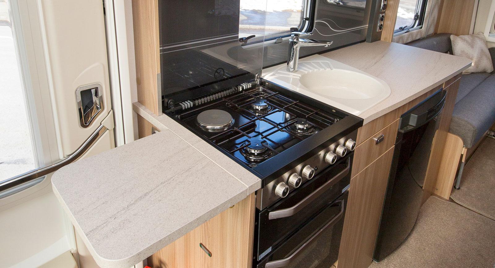 Restaurangen, förlåt köket i husbilen är stort och har allt som kan önskas i form av ugnar och arbetsytor.