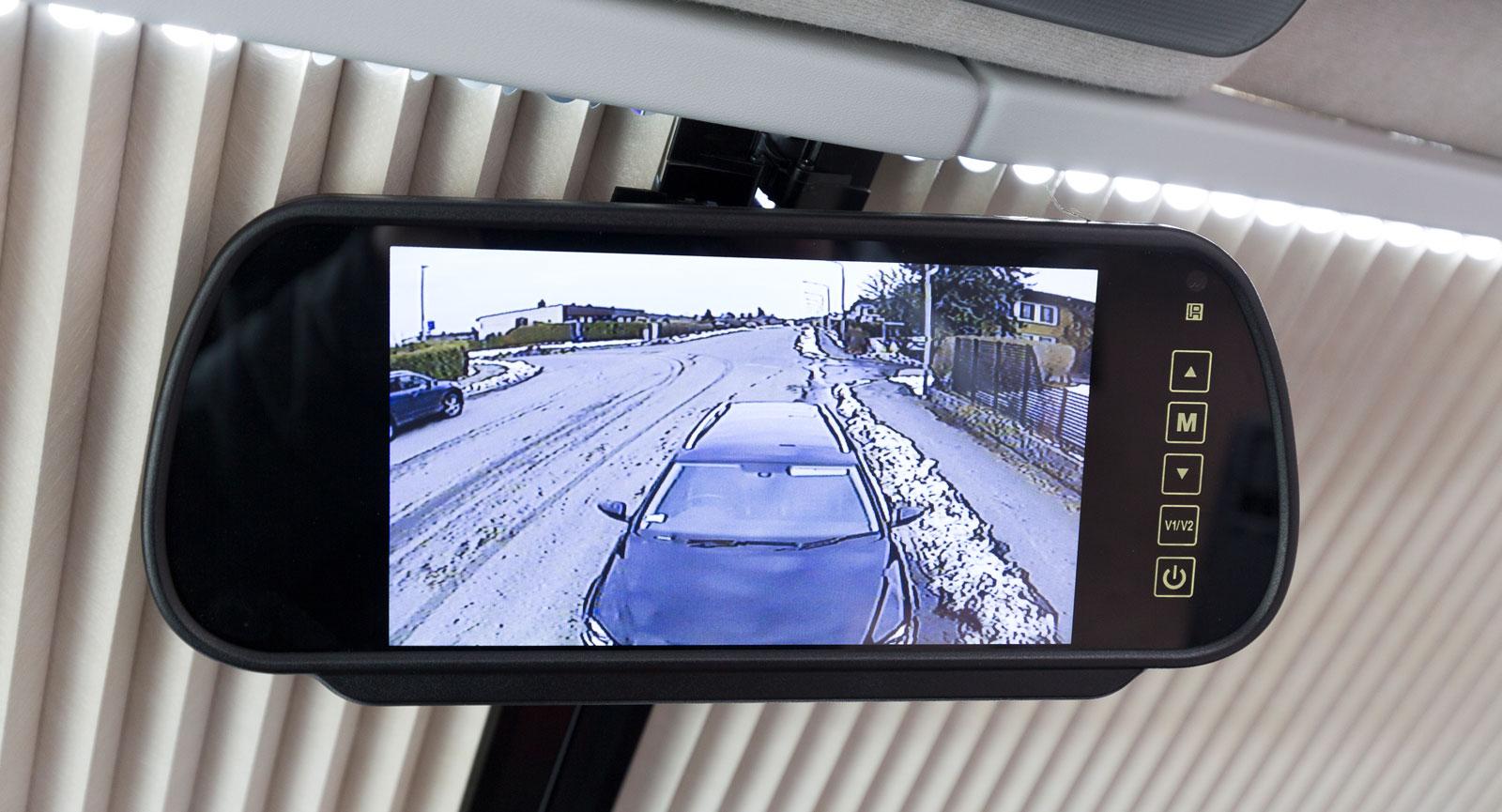 smart skärm till backkameran i låtsasbackspegeln.