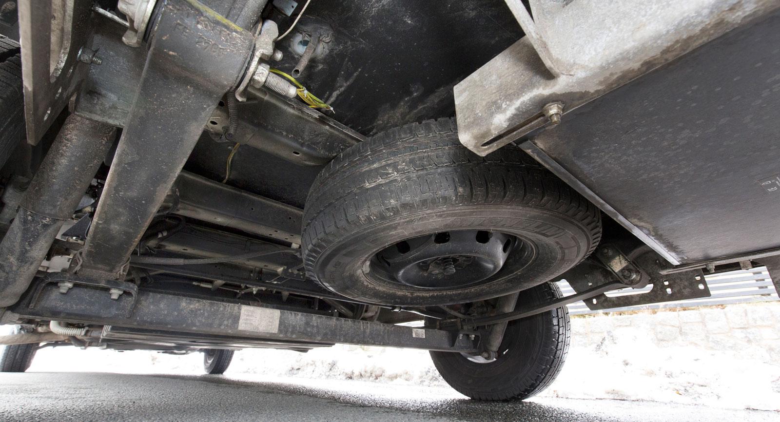 Reservhjul under bilen.