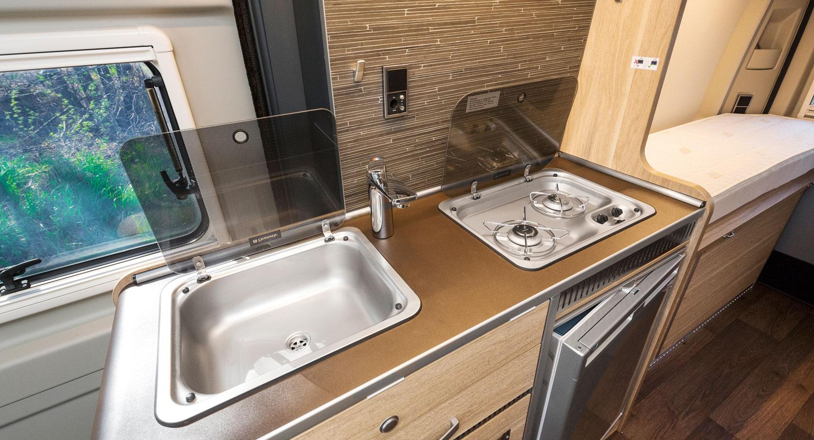 Köket är rymligt för en sexmetersbil. Fick man önska något så vore det delade täckskivor.