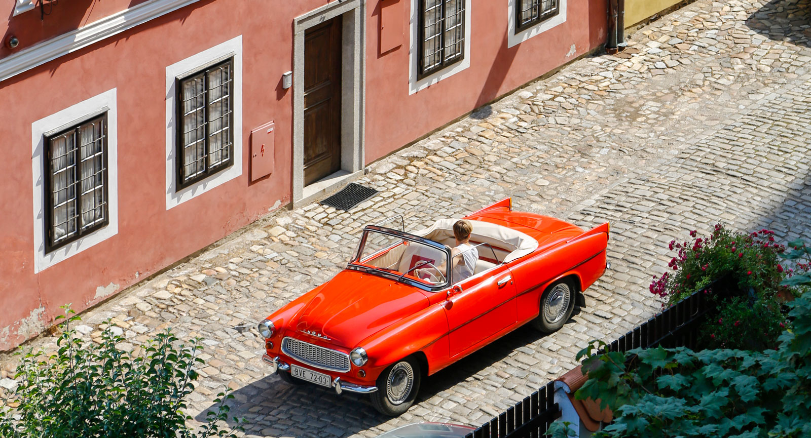 En läckert röd Skoda Felicia cabriolet passar utmärkt i den tjeckiska stadsmiljön. Missa inte UNESCO-staden Cesky Krumlov om du är i Tjeckien!