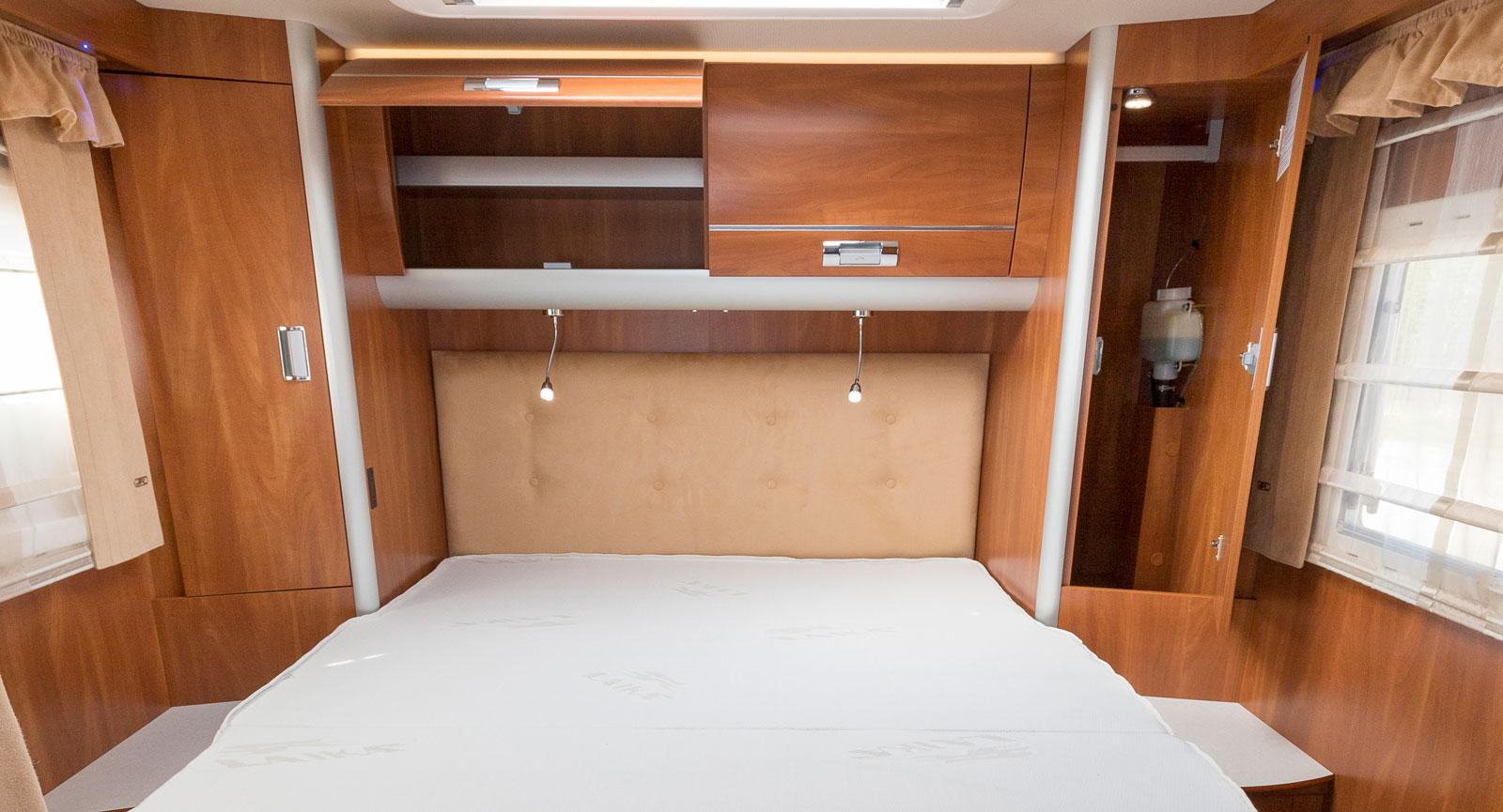 Queenbed för de som gillar att ligga ihop. På mitten är sängen 195 centimeter lång, men den siffran naggas utåt kanterna.