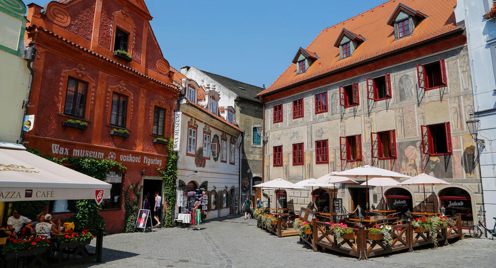 Cesky Krumlov är en av världens vackraste städer. Den är byggd på en halvö som omges av en flod.