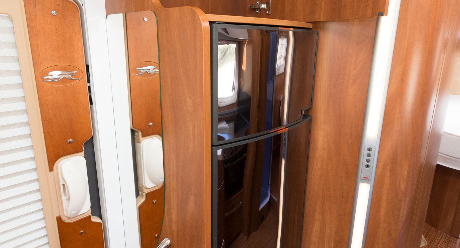 Kylskåpet är placerat vid entrén och ovanför finns tv-plats.