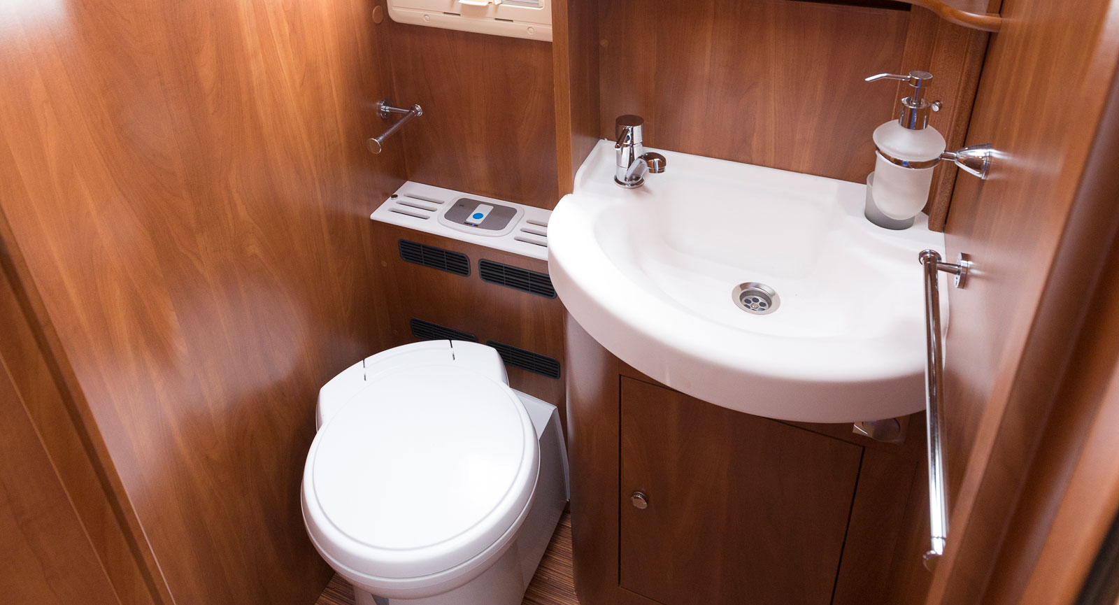 Toaletten är rymlig och elegansen finns även här inne. Inget fattas men placeringen av toappershållaren bakom toan är märklig.