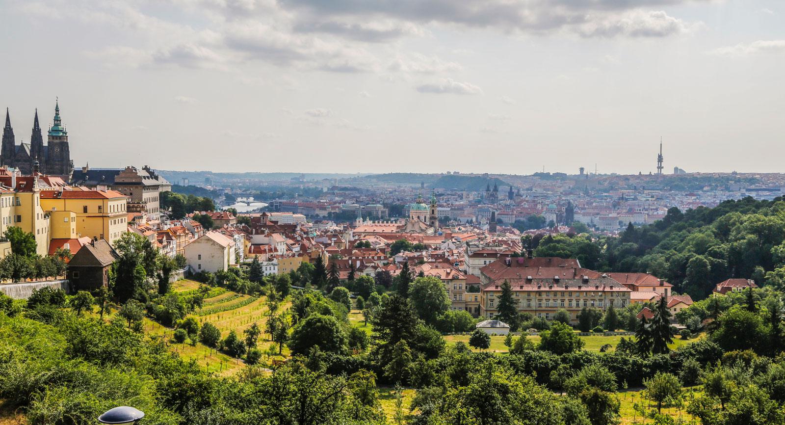 Huvudstaden Prag känner de flesta igen och den nås med lokaltrafik från stadscampingarna.
