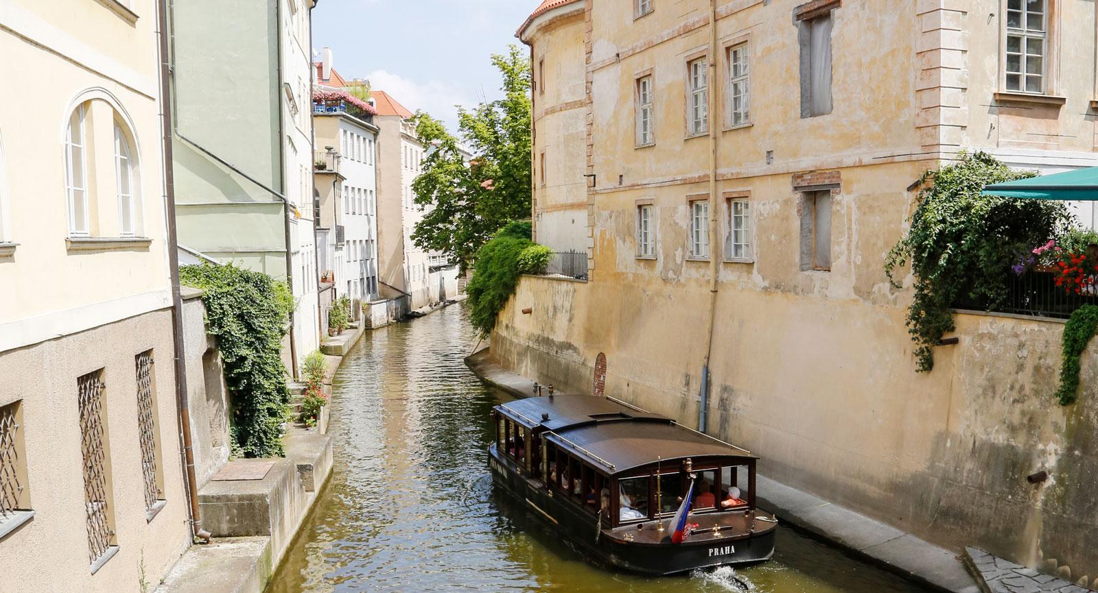 Båtturer är populära bland turisterna i Prag.