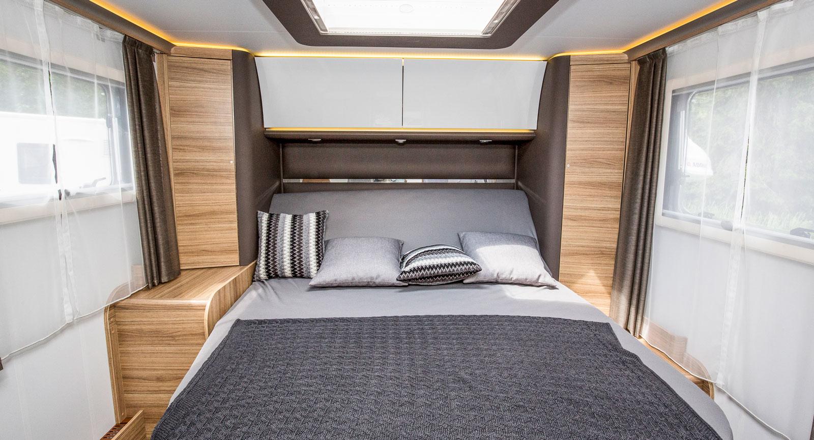 Stiligt och elegant med LED belysning och släta ytor. Precis som i Adrias finaste husvagnar Alpina är överskåpen välvda pch vita. I sovrummet är det ljust, mycket tack vare de stora fönstren.