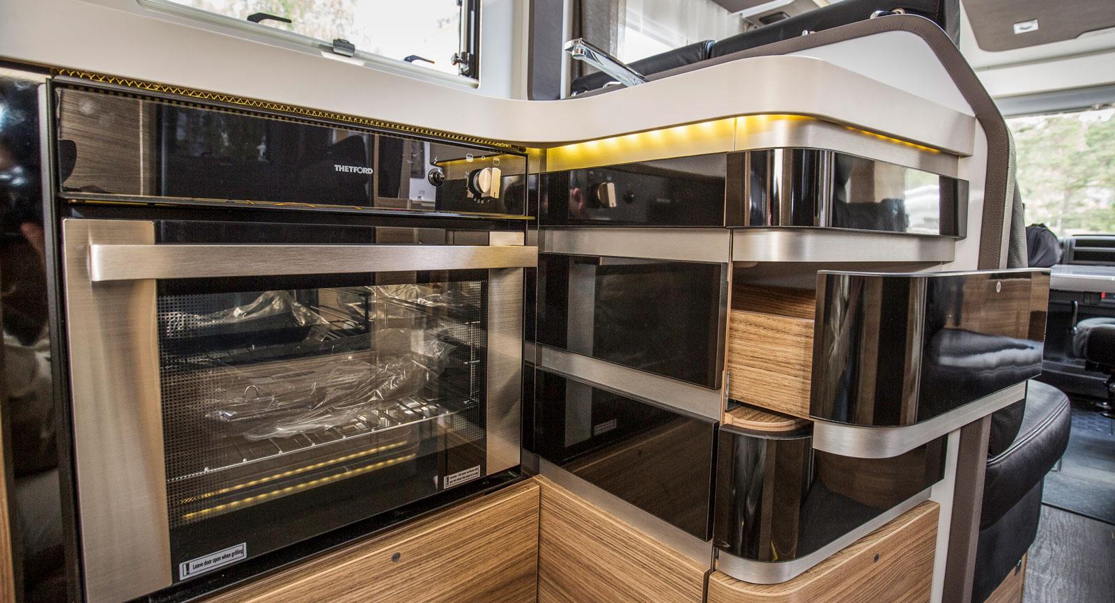 Köket är futuristiskt designat och inte heller här finns det handtag eller lås vilket kan leda till kladdiga lådor.