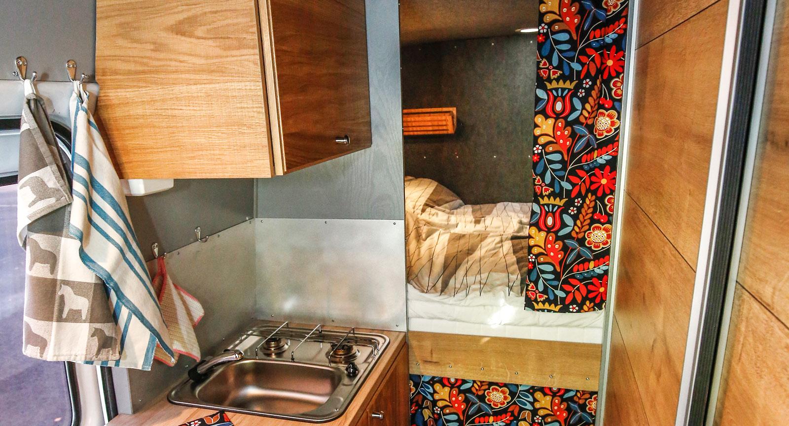 Under sängen finns en öppning till ett stort förvaringsutrymme.