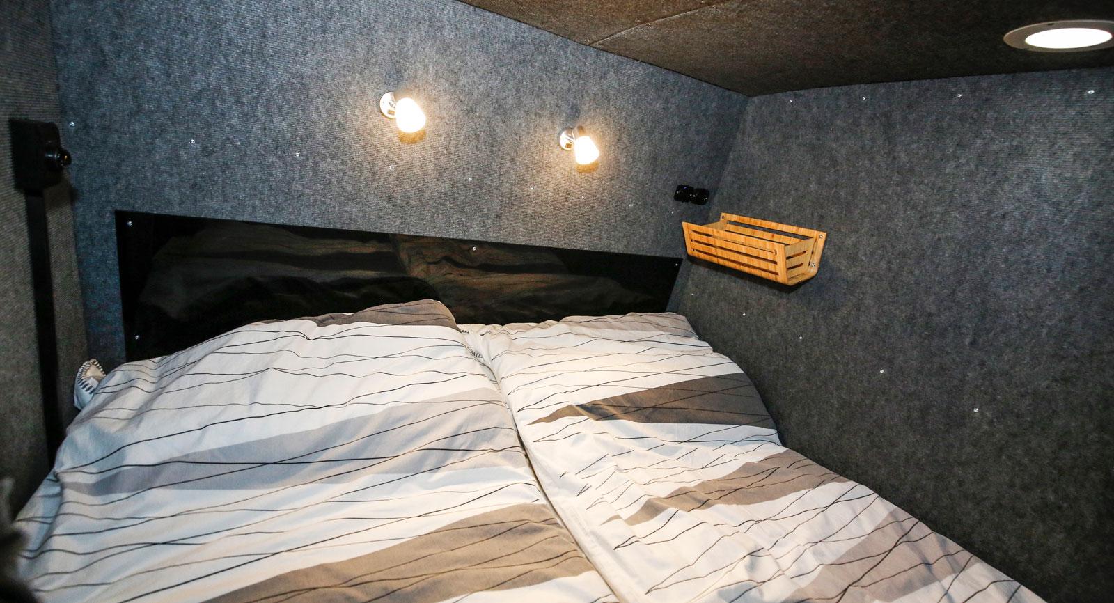 Sovdelen längst bak är välisolerad och har både usb-uttag och 12V. All belysning interiört är av LED-typ.