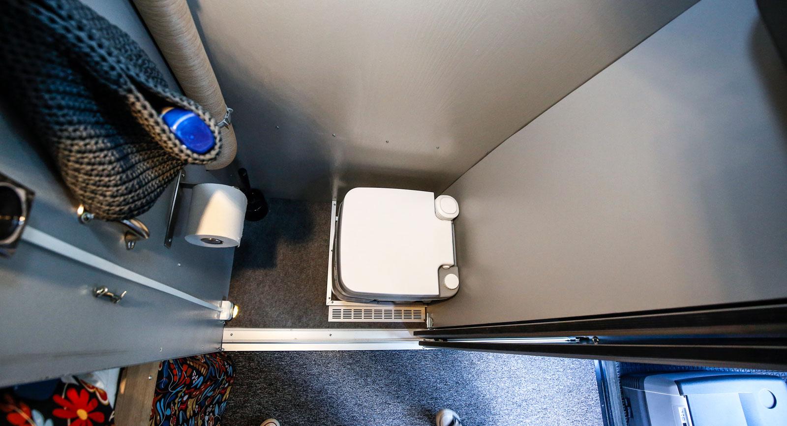 Toalett med skjutdörr. För att minska risken för fuktproblem finns inget vatten draget in hit.