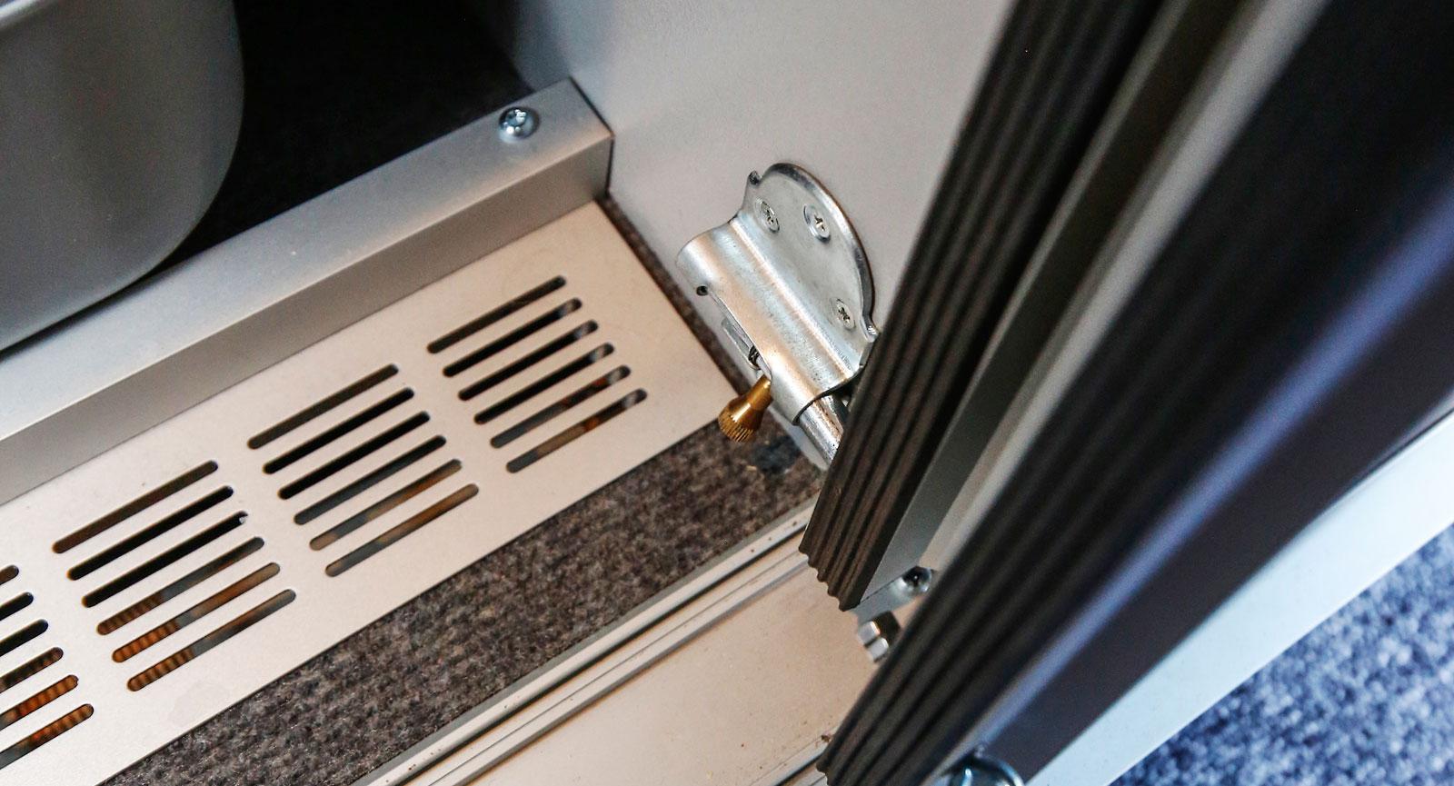 Alla skåp och dörrar har blivit försedda med låsanordningar så att det är förankrat vid färd.