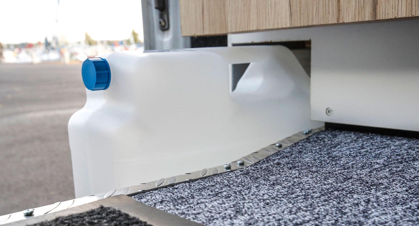 Spillvattnet hamnar i en plastdunk direkt vid skjutdörren och kan enkelt tömmas.
