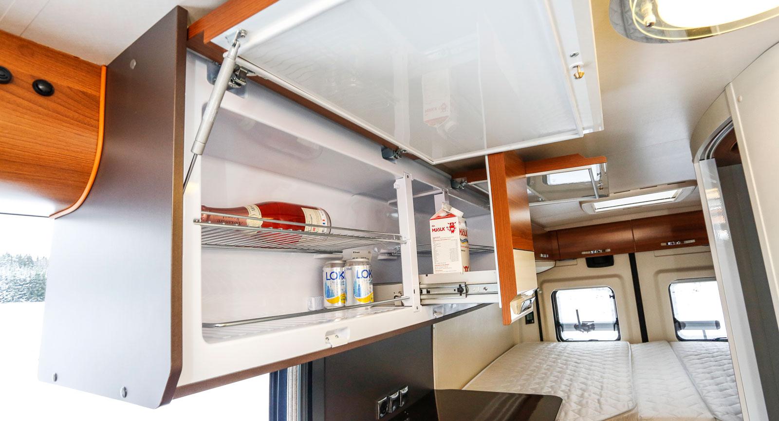 Den höga placeringen av kylskåpet gör det bekvämt att nå kylvarorna.