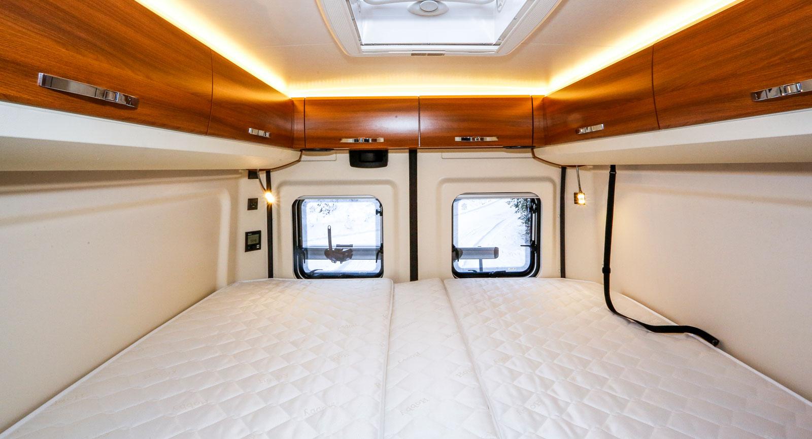 Sängarna är sköna och inredningen trivsam. Längst bak till vänster ses värmepannans manöverpanel.