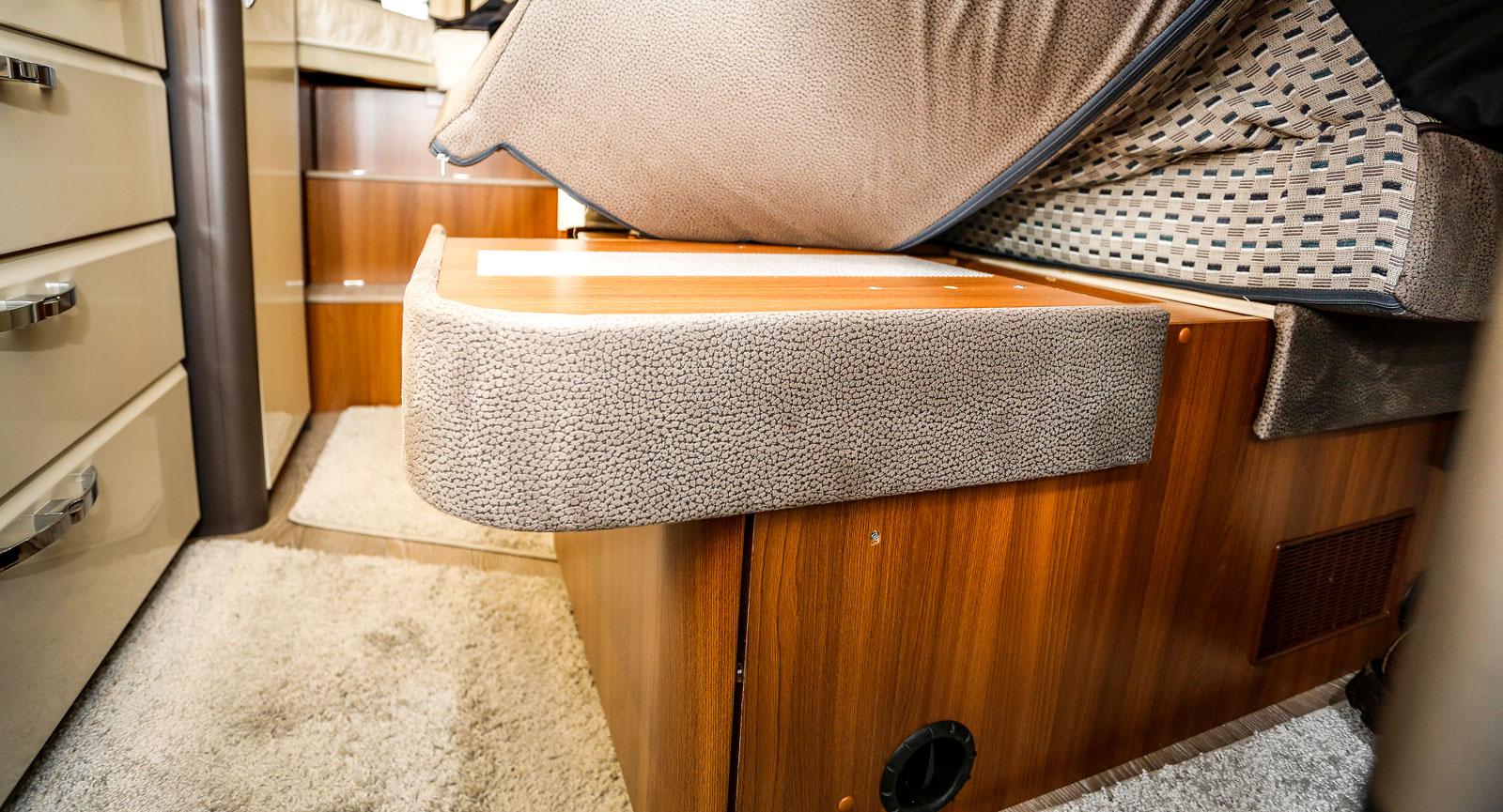 Färdsoffan kan breddas så att två personer sitter bekvämare till bords. Ett smart och praktiskt sätt att göra tillvaron enklare.