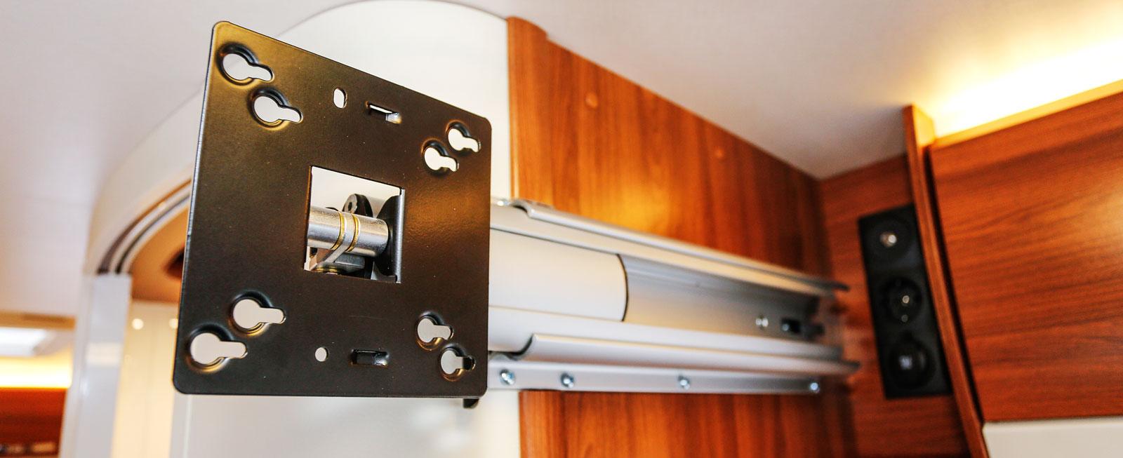 Ovanför färdsoffan sitter ett utskjutbart tv-fäste som kan vridas i önskad riktning.