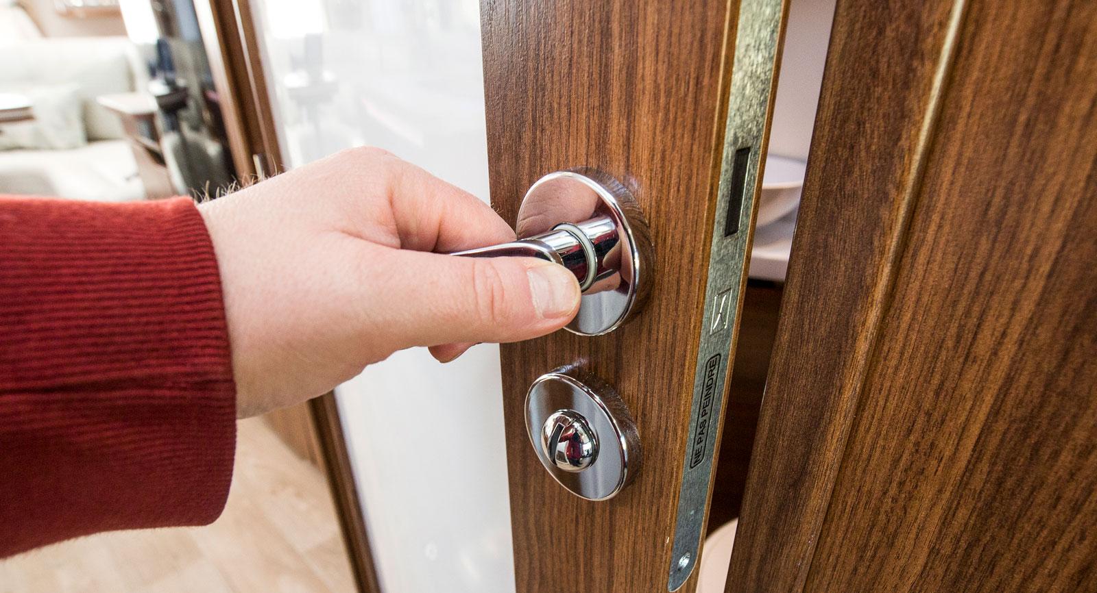 Dörren in till badrummet har magnetisk kolv och kan fästas mot mittgången. Tillsammans med skjutdörren till förarhytt/sovrum kan badrummet således enkelt skärmas av från övriga husbilen.