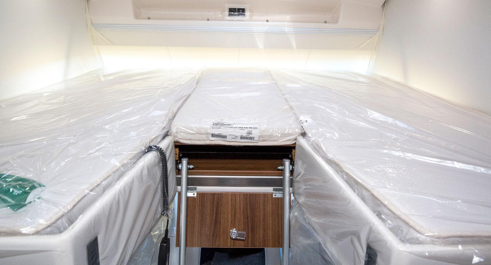 Sängens liggkomfort är i toppklass. Det finns förvaringsfack, eluttag och möjlighet att titta på tv. Stegen har breda fotsteg.