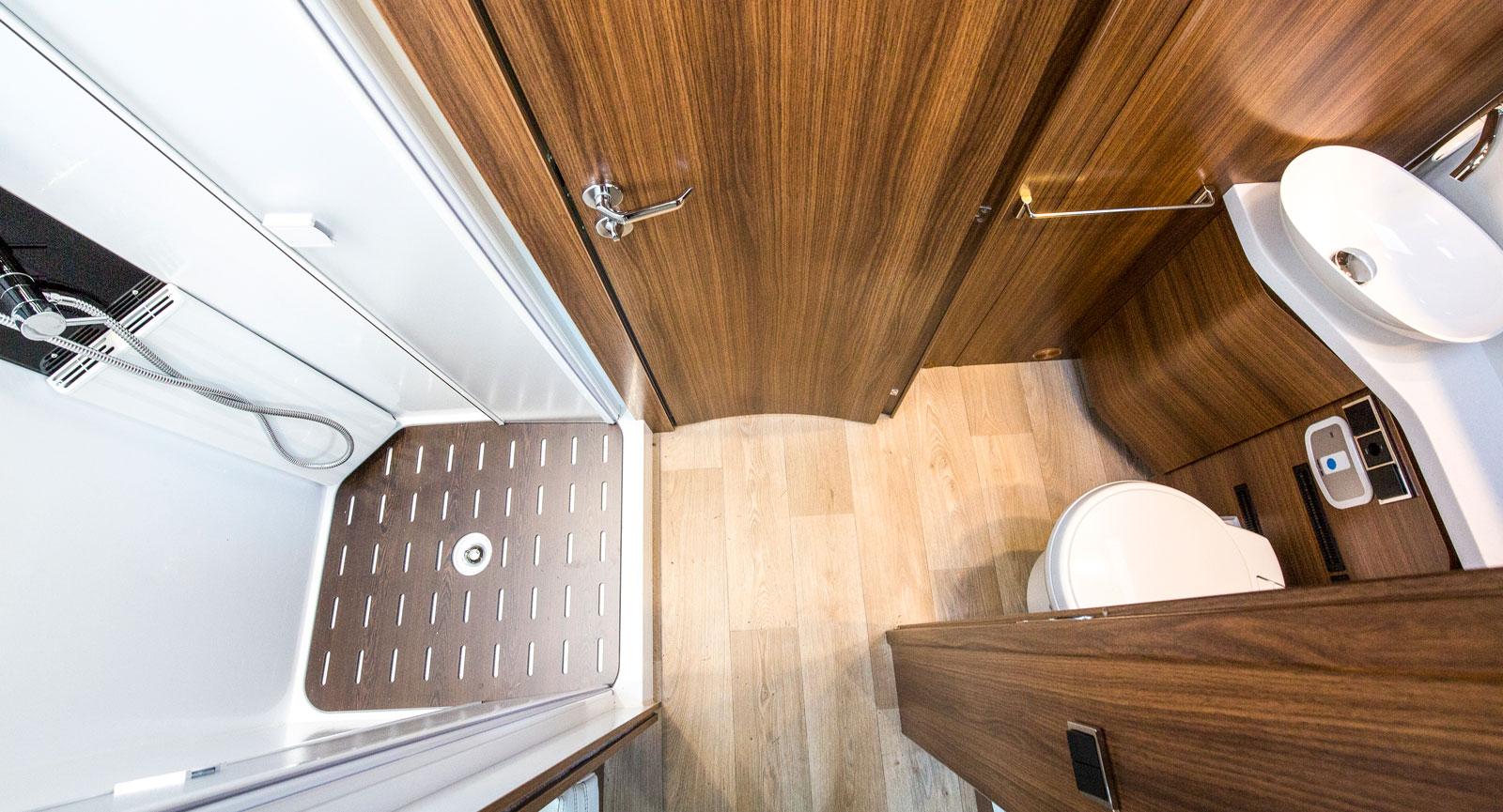 Här ses de två separata badrumsdelarna med dörren stängd mot mittgången.