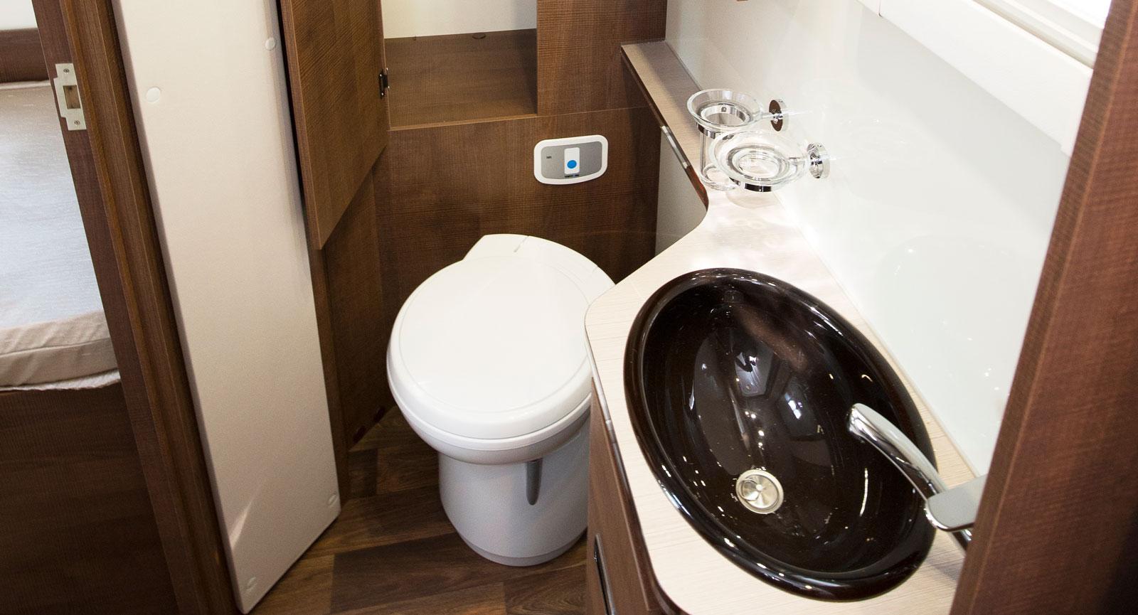 Handfatet är nedsänkt vilket gör det enkelt att hålla rent. Det finns gott om plats för benen oavsett hur lång besökaren är.