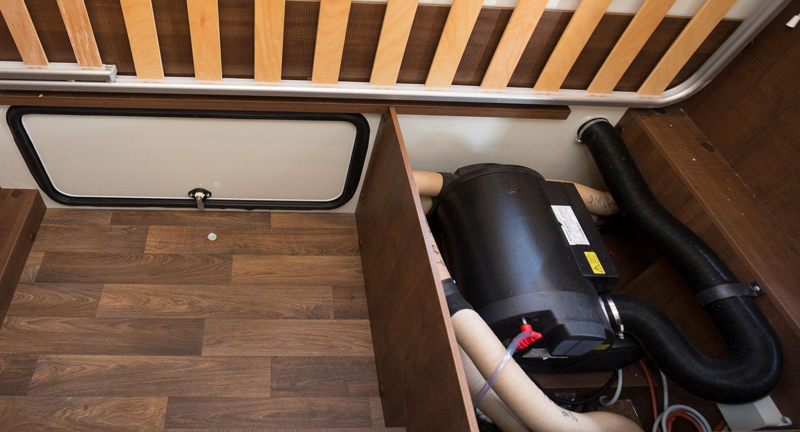 Pannan är placerad under en av sängarna. Lucka även här.