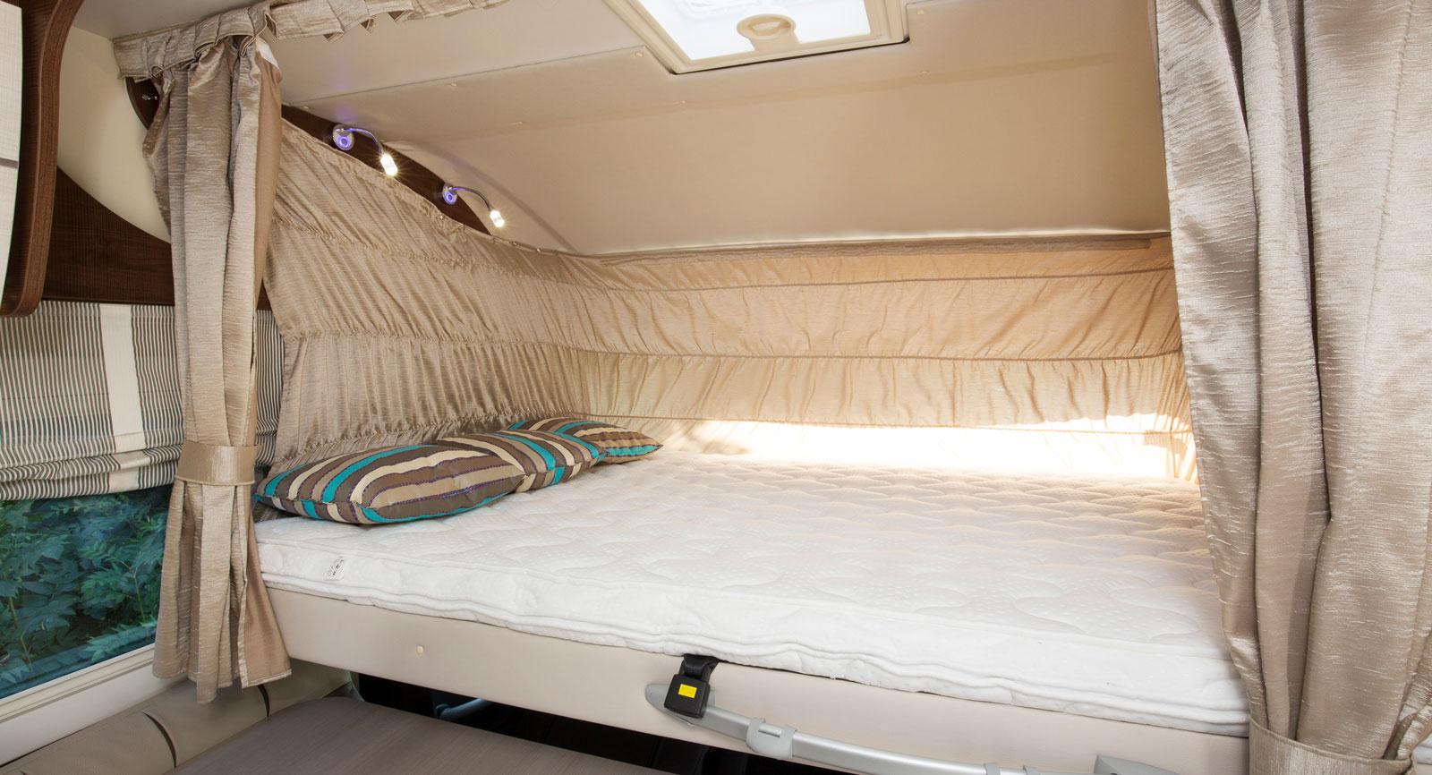 Sängen fram är en av de helintegrerade husbilarnas främsta fördelar. Lätt att få ned och enkel att använda, även utan stege.