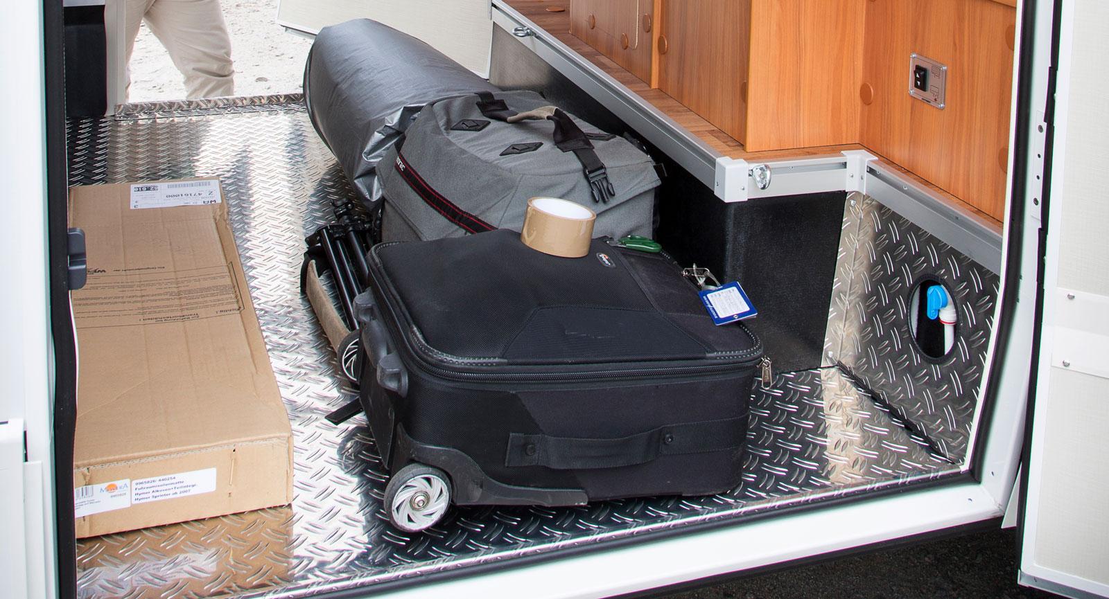 Garaget är väldigt stort i  ML-I 580, en moped får ledigt plats. Extra plus för hyllorna.