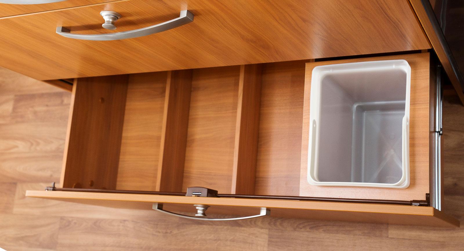 Kökslådorna är lika breda som bänkskivan vilket kräver ett sidosteg där de öppnas.