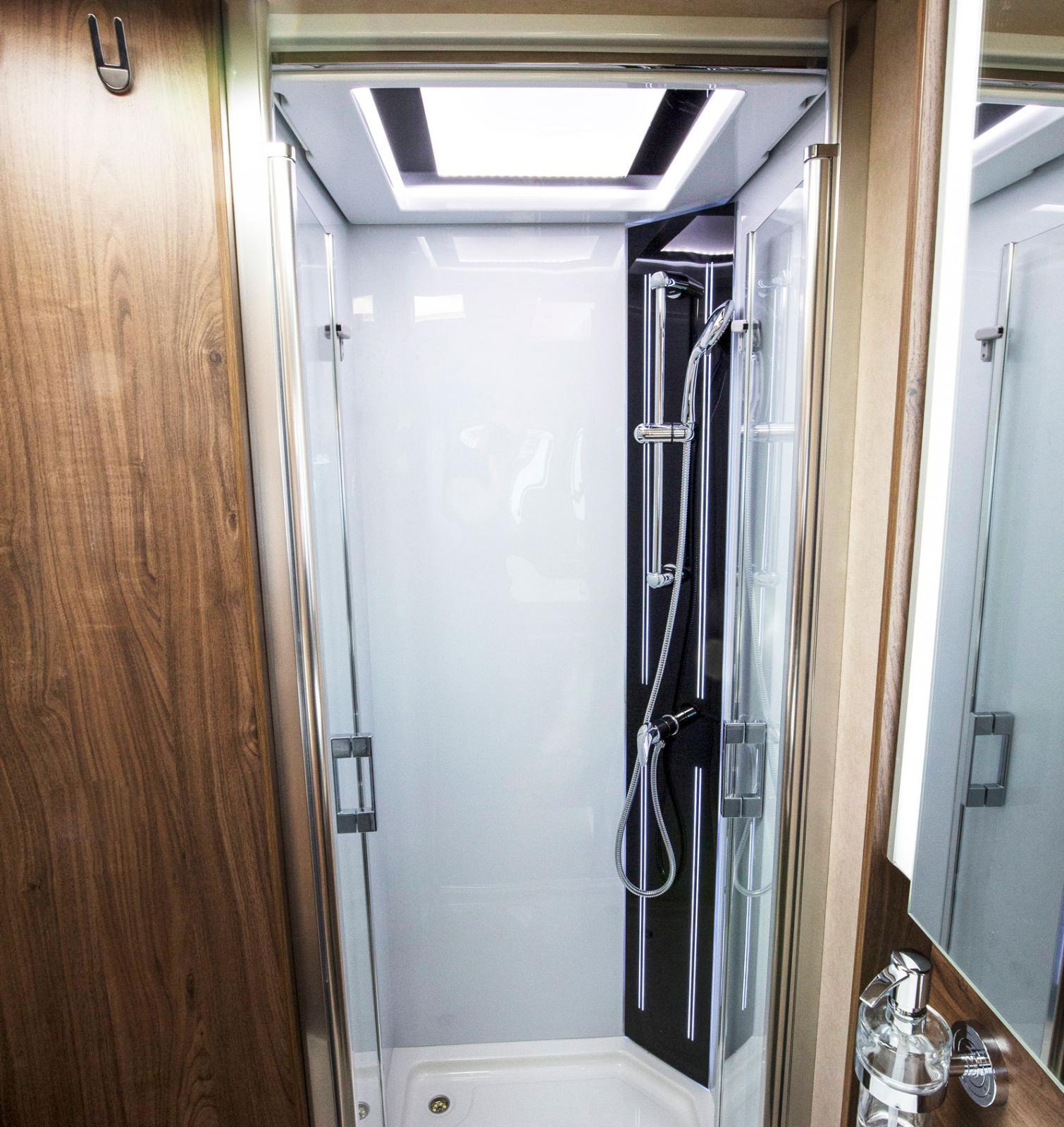 Rymlig dusch med dörrar av riktigt glas. Tungt men snyggt.