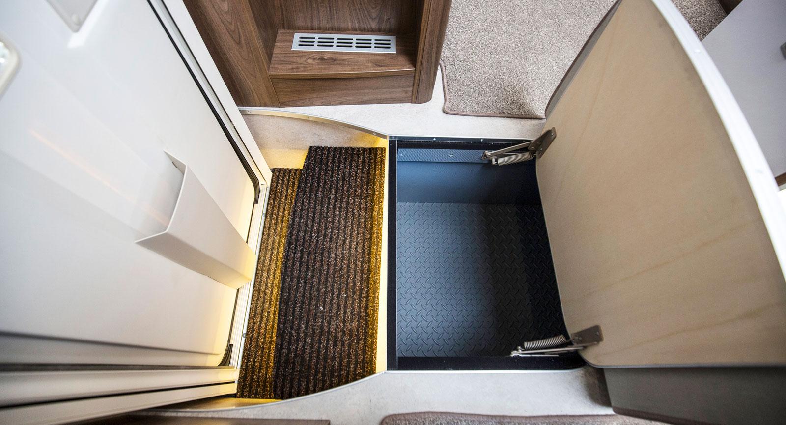 Innanför dörren finns det förvaring i golvet, kanske för skor?