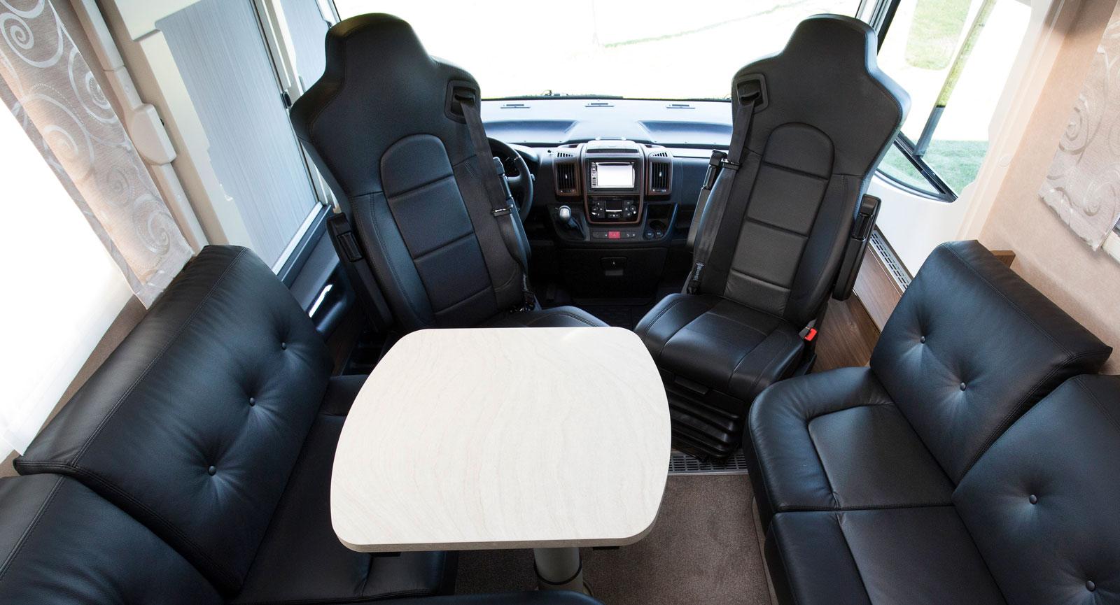 Många kan samsas kring bordet i denna bil. Skinnklädsel är ett läckert tillval som kostar 30000 kr.