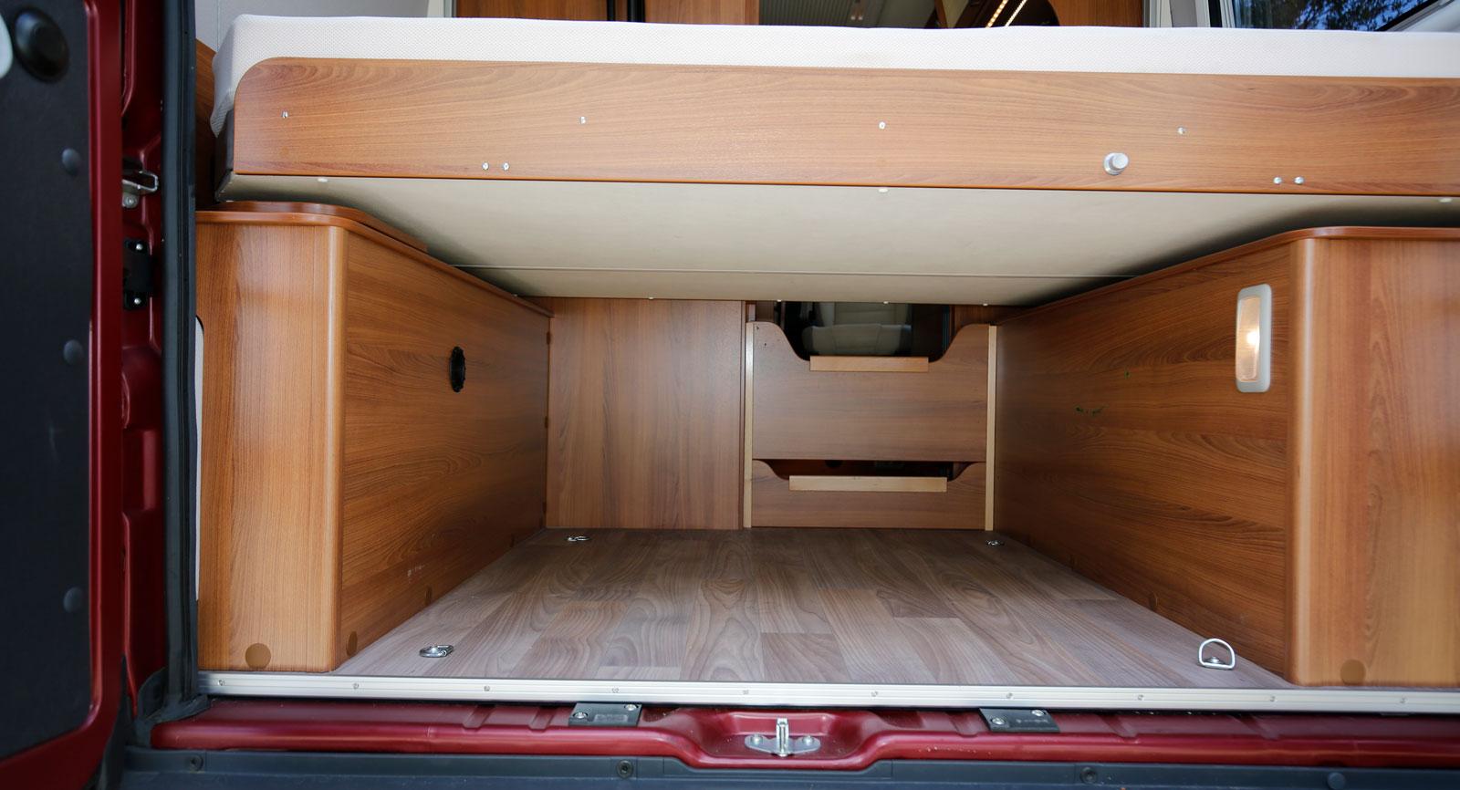 De båda träskivorna mot mittgången kan tas bort för lång last.