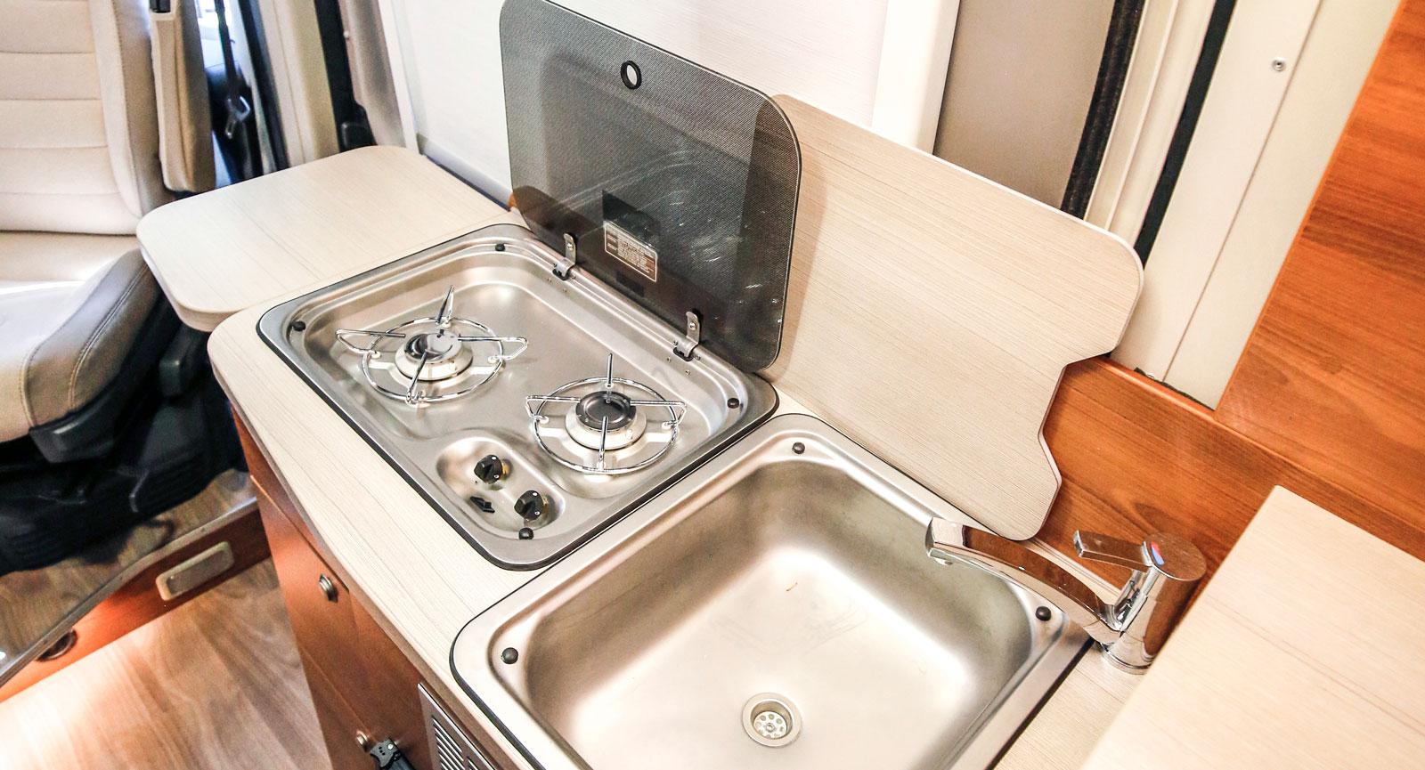 Köksmodul enligt klassisk plåtis-design med tvålågig spis.