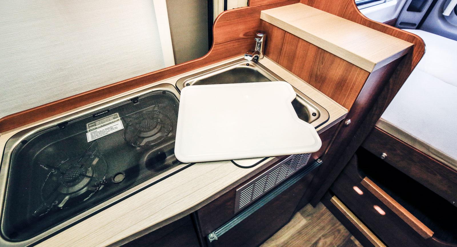 Skivan på diskhon kan vändas och blir då en bra skärbräda.