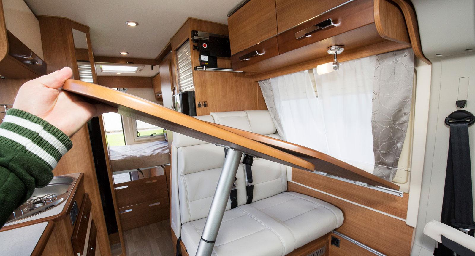 Bordet kan enkelt tas bort vilket är skönt för passagerarna bak.