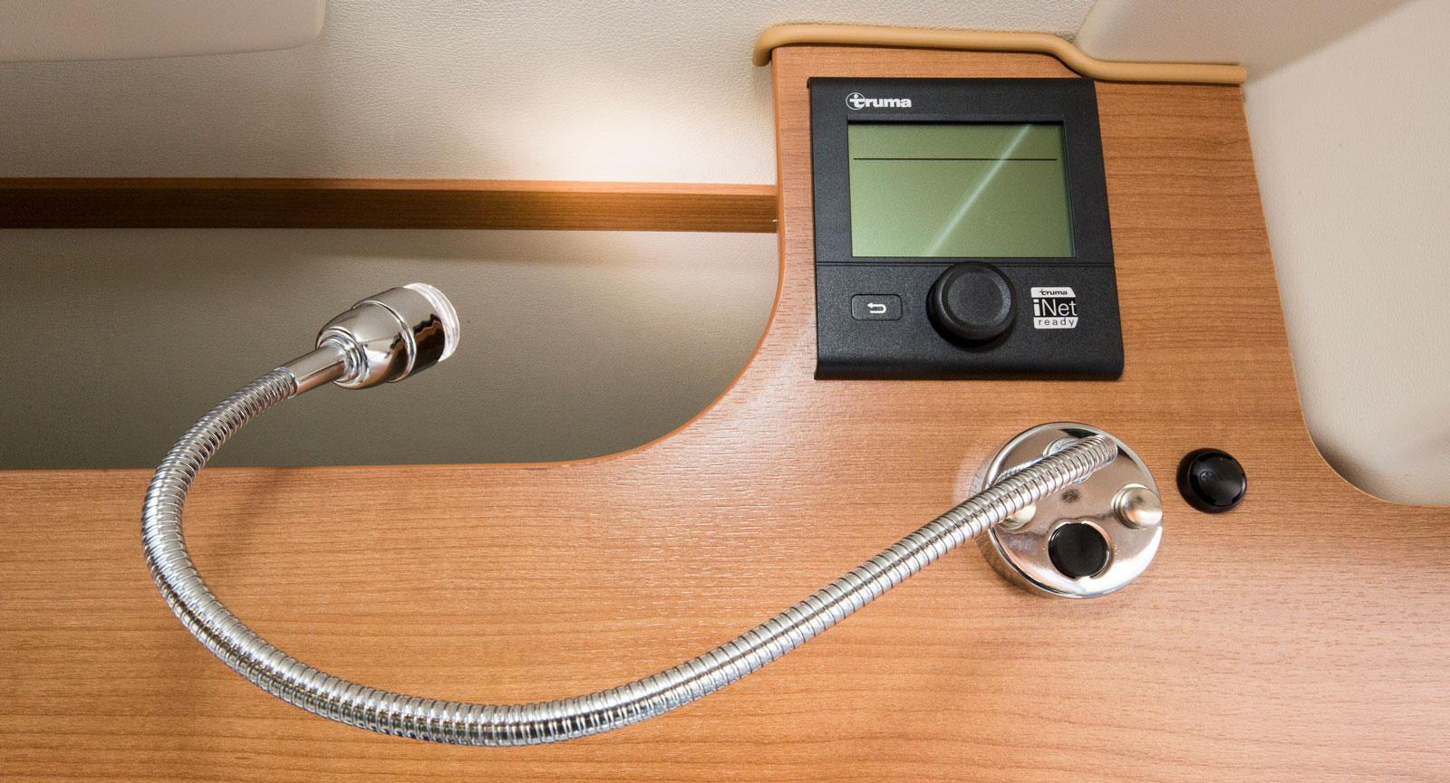 Innanför dörren finns manöverpanelen som är iNet förberedd. Lampan är praktisk för den kan vridas in i facket över förarhytten.