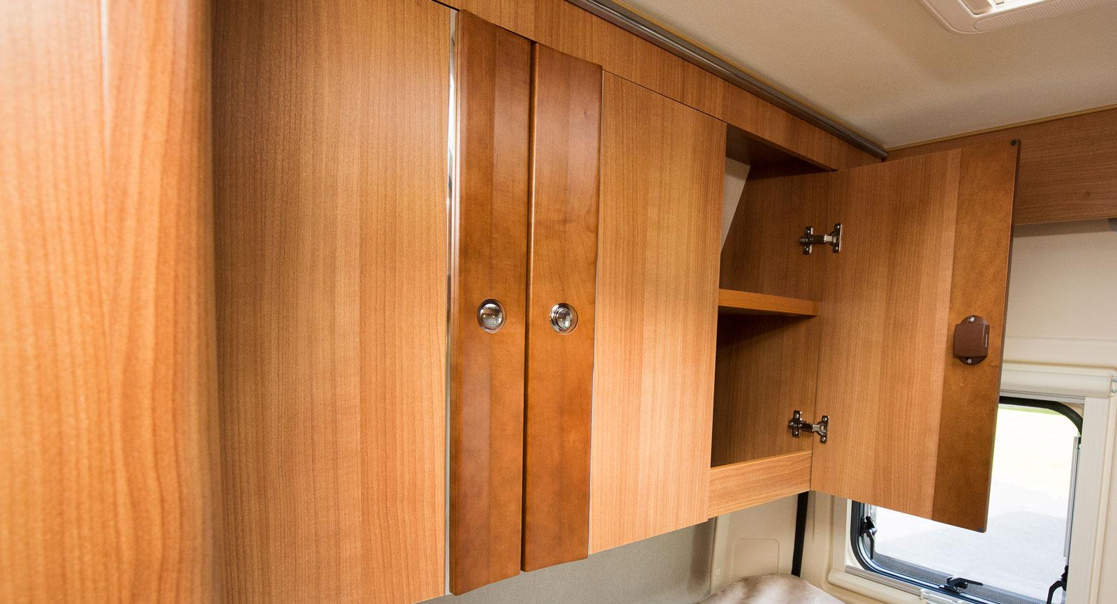 XL-Överskåp  ovanför ena sängkantern är en ganska ovanlig syn som möjliggörs av det faktum att det inte finns sidofönster.