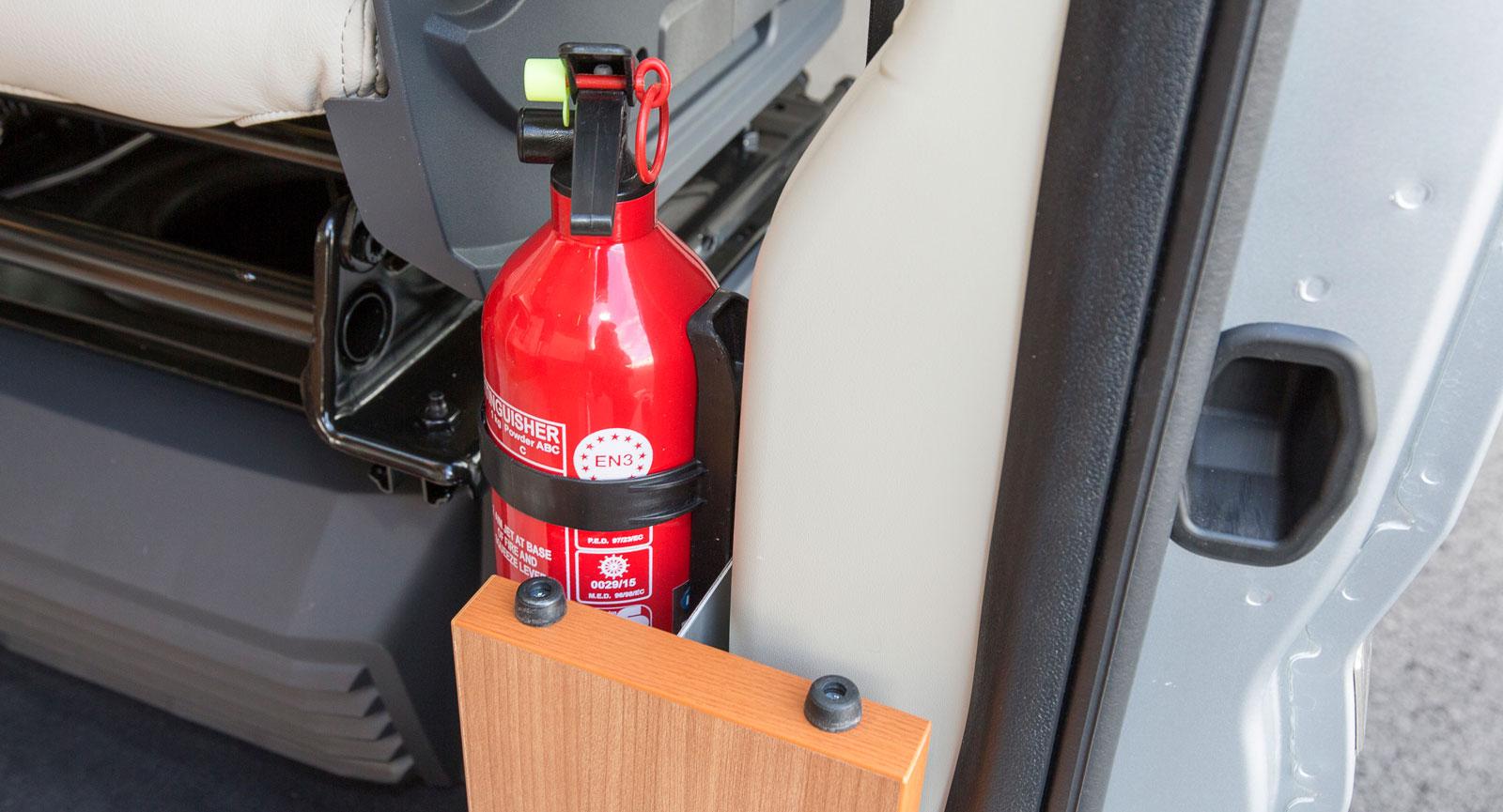 Precis vid dörren finns en brandsläckare. Föredömligt!