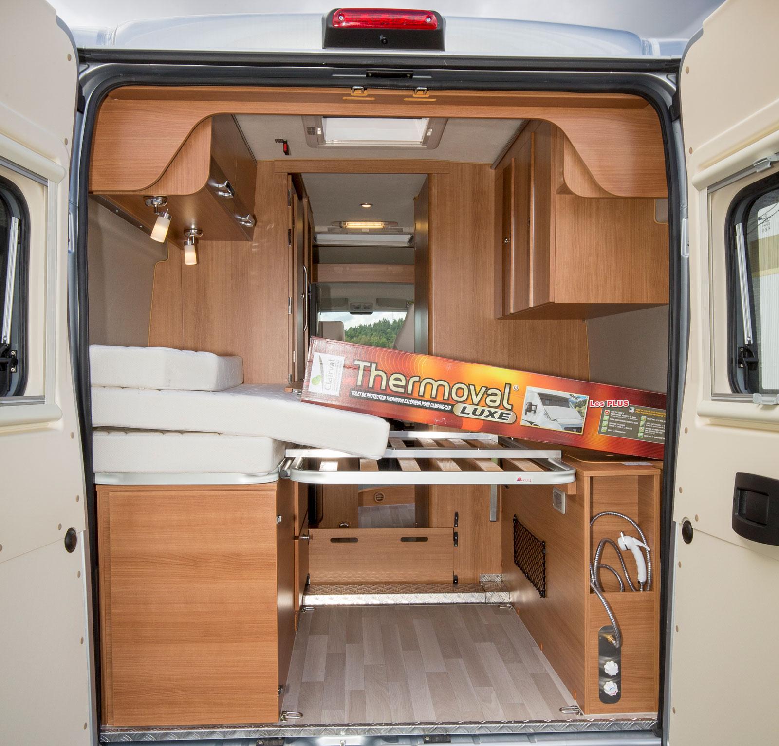 Med bakdörrarna öppna är det enklet att stuva in bagage. Sängbotten kan resas vilket ger ståhöjd även längst bak.