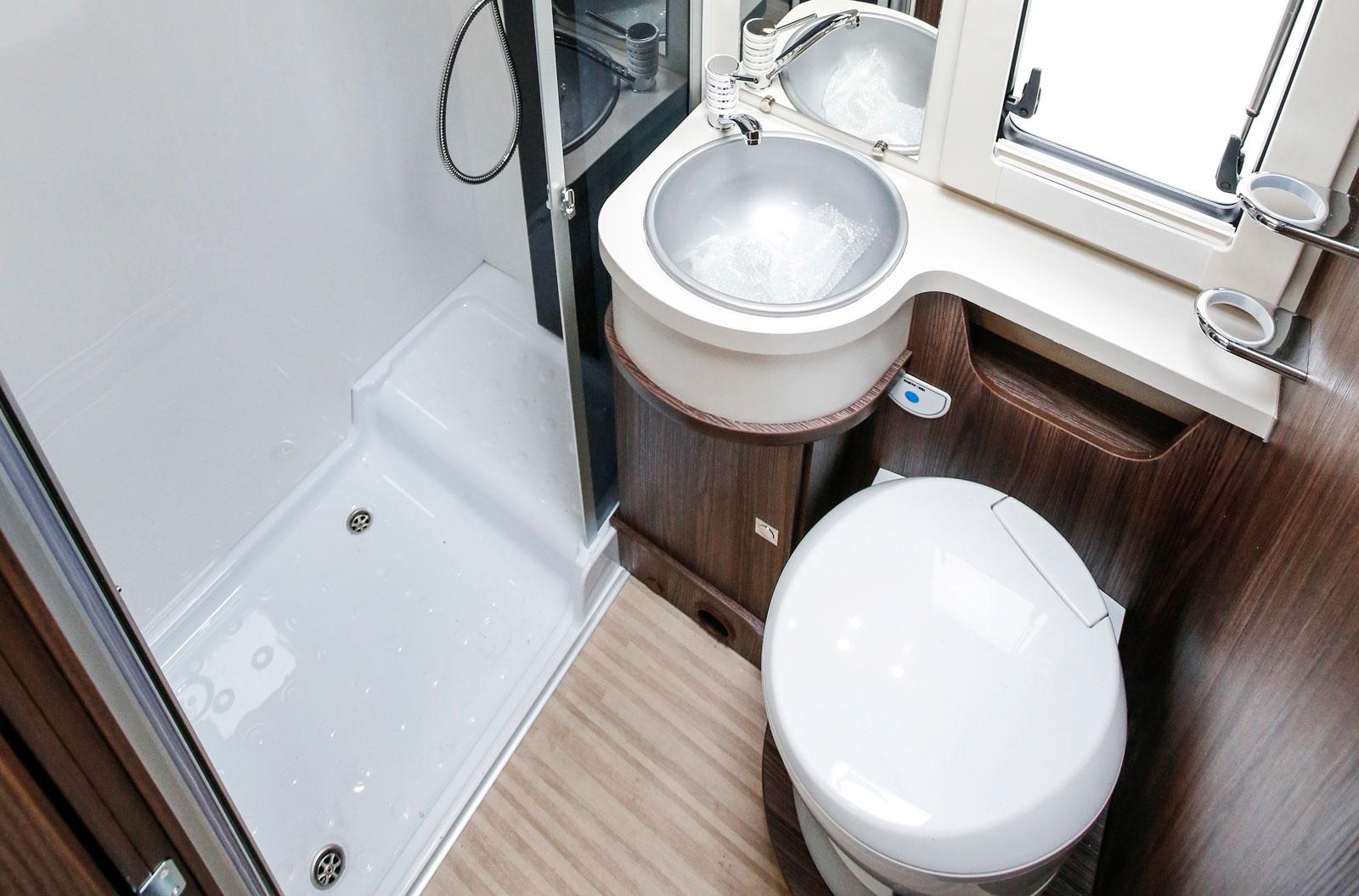 Större badrum än så här har sällan skådats i en husbil som är under sex meter lång. Duschkabinen har dubbla avlopp.