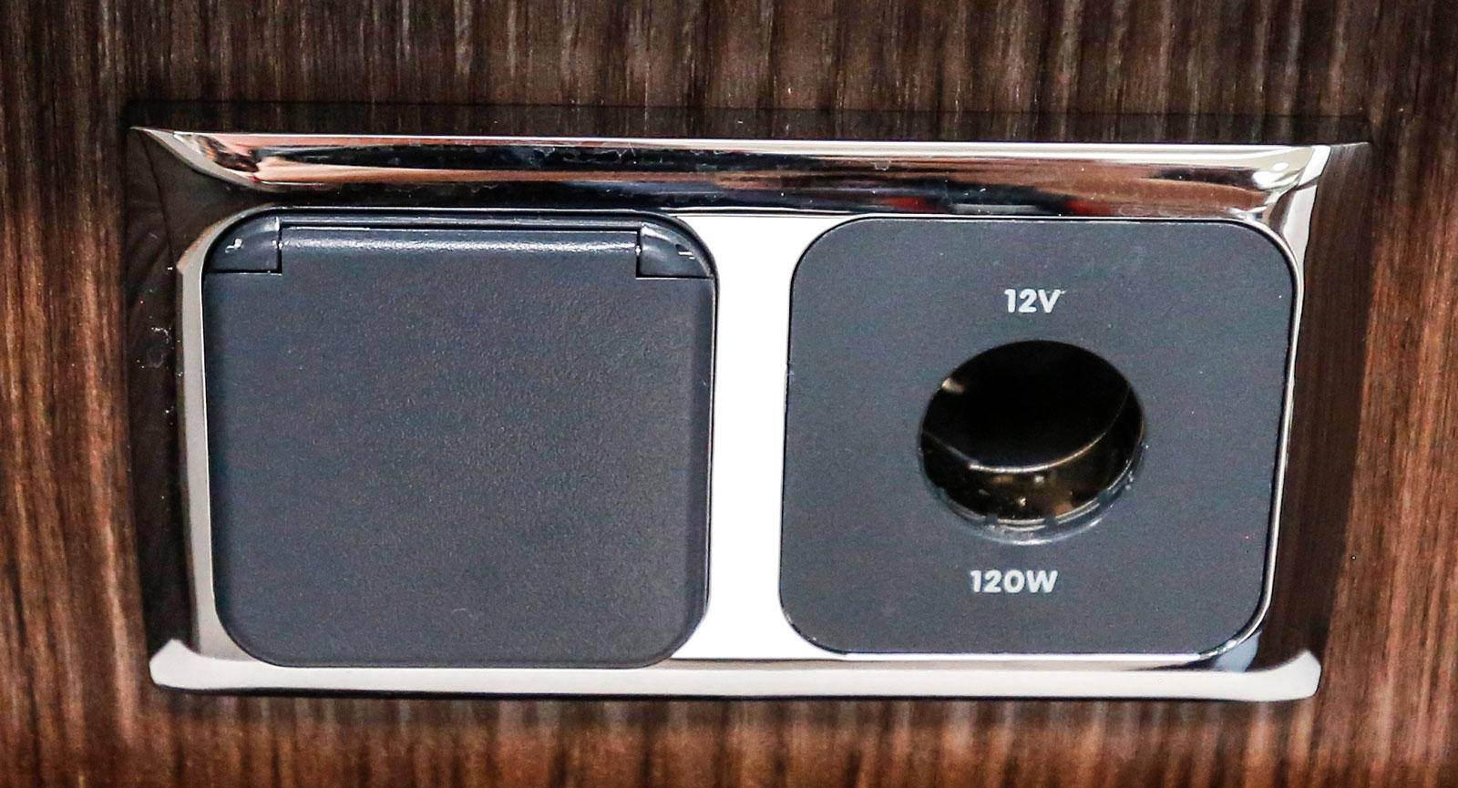Uttag för både 12-volt och 230 volt under köksbänken.