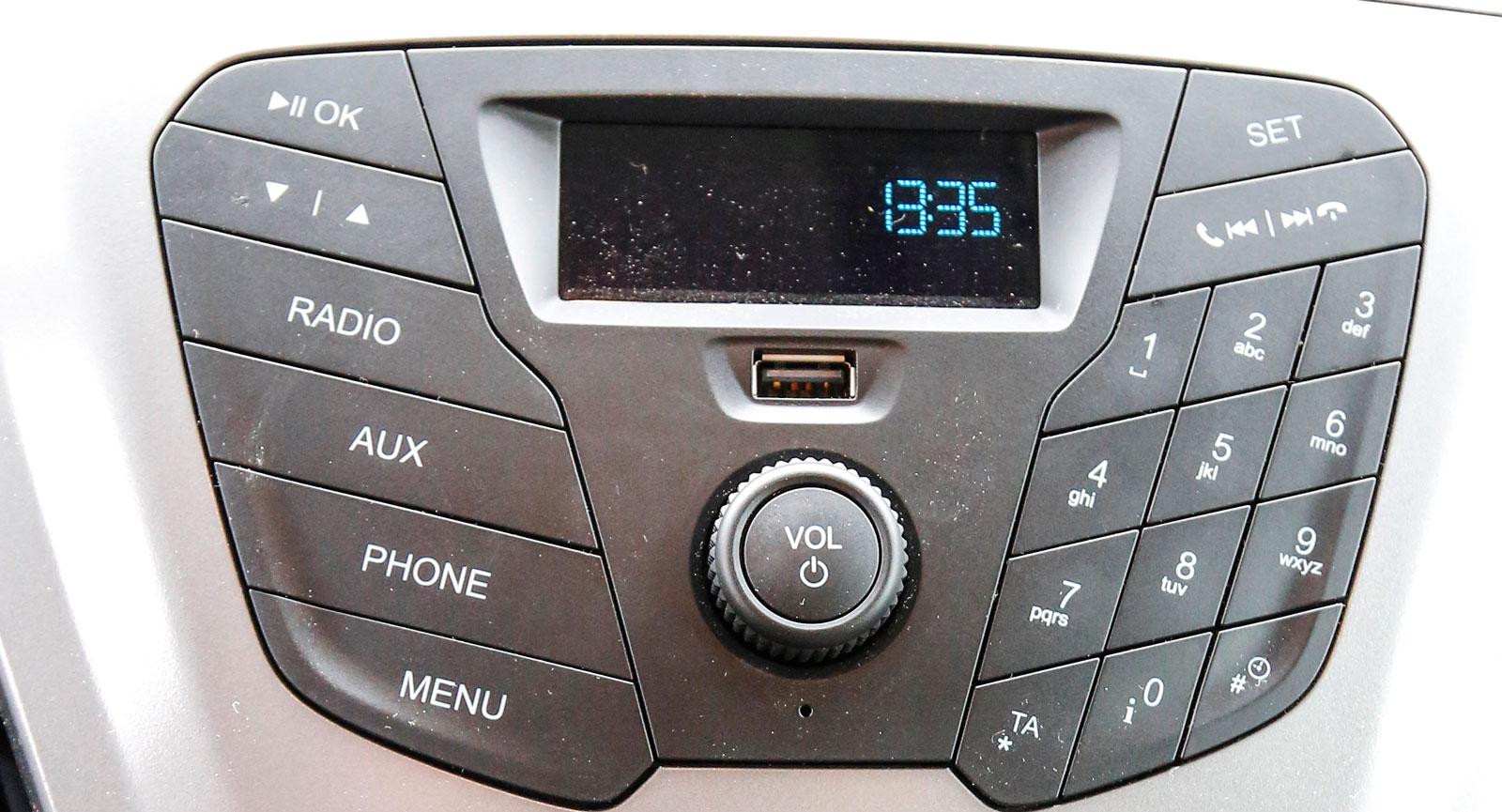 Fords mittkonsol med radio.