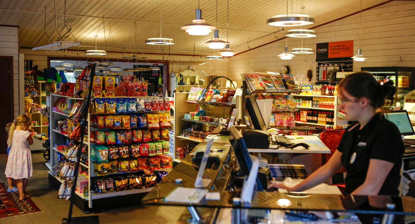 Den välsorterade butiken och kaféet på området.